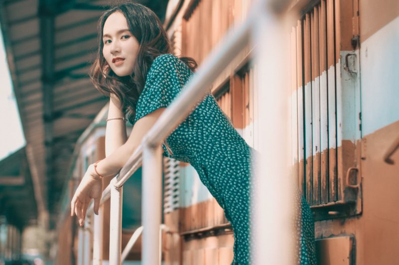 Fashionable woman leaning on balcony