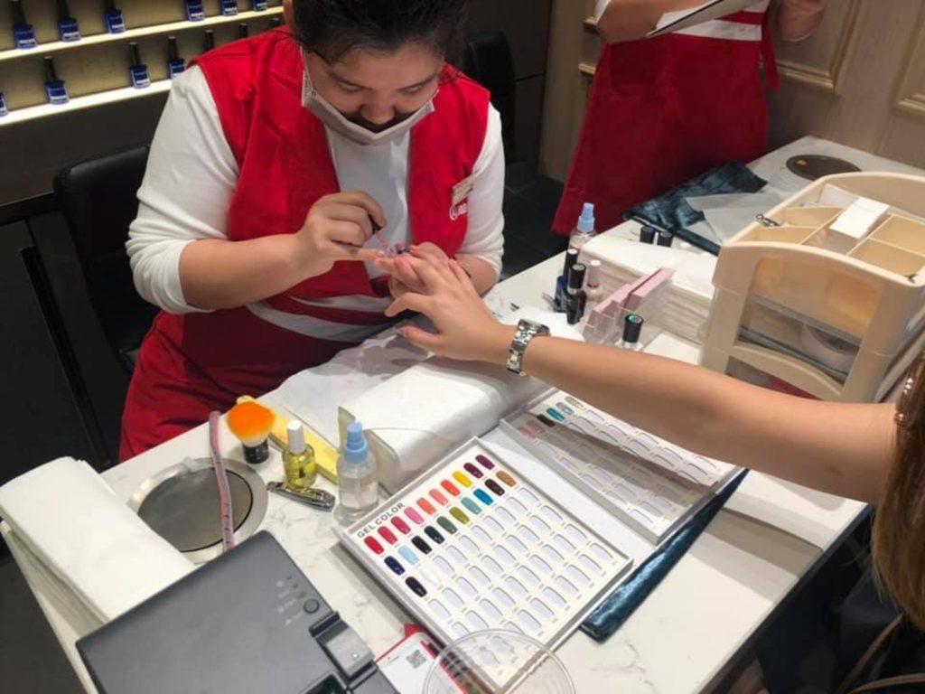 Haidiao's unique customer service with nail saon