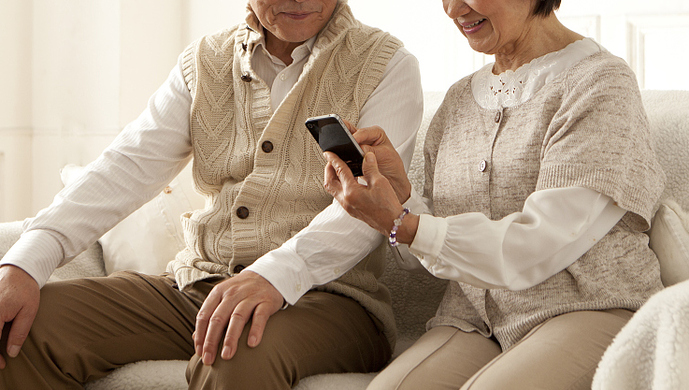 Smartphone usage increases among elderly in China. Credit: Sina news