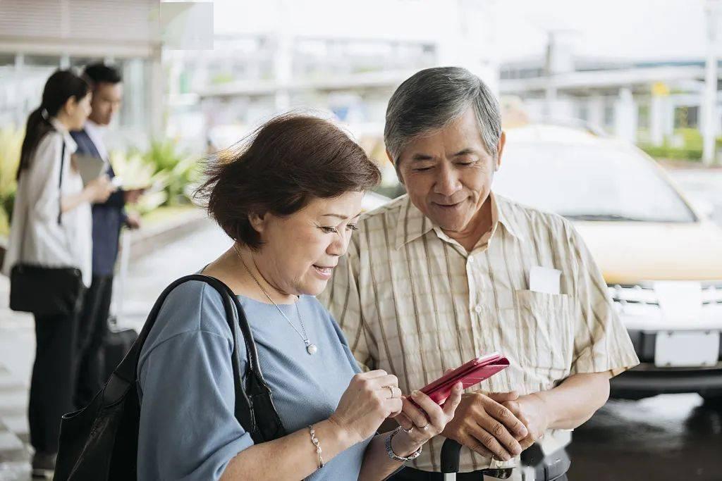 Elderly use mobile phone. Credit: Sohu