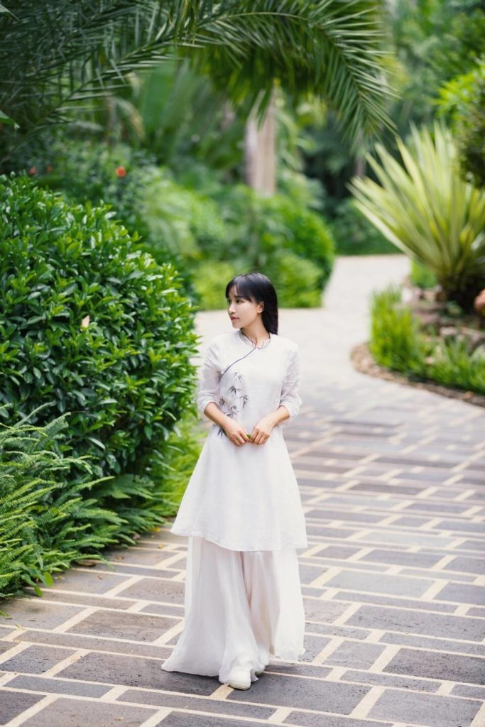 Liziqi wearing traditional Chinese clothes